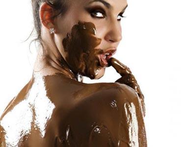 Телка намазалась шоколадом