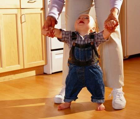 малыш идет с мамой