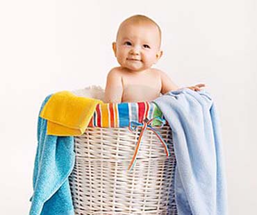 ребенок в корзине для белья