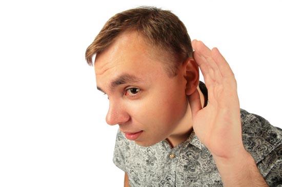Парень подносит ухо