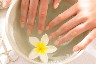 женские руки в ванночке для горячего маникюра