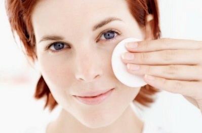 девушка очищает кожу ватным диском