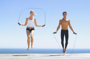 мужчина и женщина прыгают через скакалку