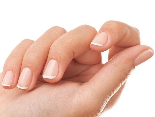 женская рука с крепкими ногтями