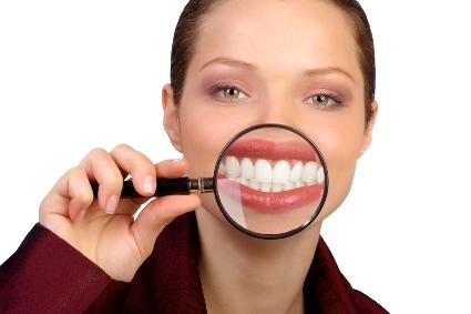 Девушка с белоснежными зубами