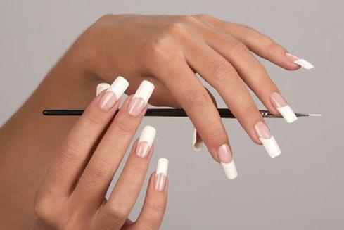 женские руки с длинными ногтями
