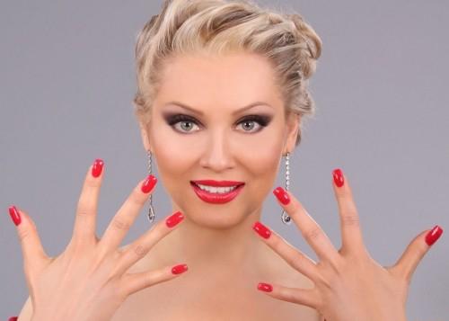блондинка с наращенными ногтями