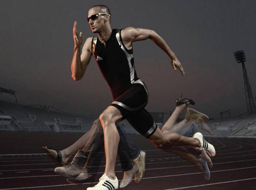 мужчина бегает по стадиону