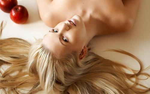 блондинка лежит на полу