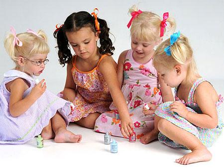 дети сидят на полу