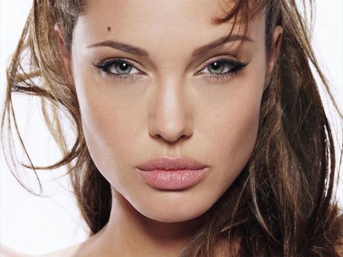 девушка с объемными губами