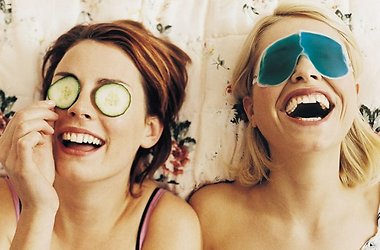 девушки делают маски для лица