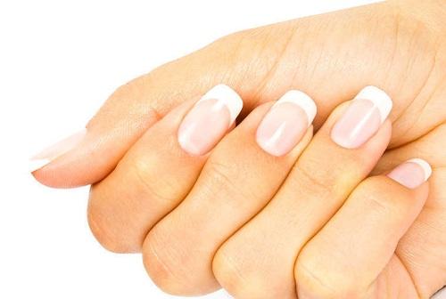 женская рука с наращенными ногтями