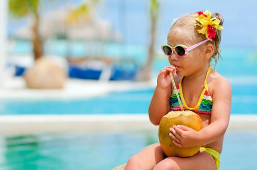 девочка сидит на пляже
