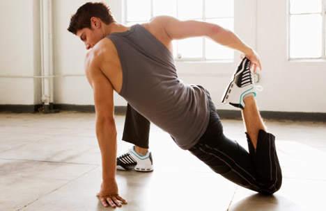 мужчина разогревает мышцы ног