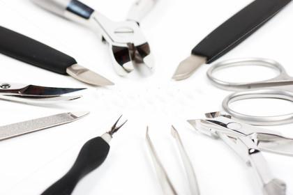 маниюкрные инструменты лежат на столе