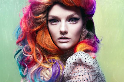 девушка с разноцветными волосами смотрит вперед