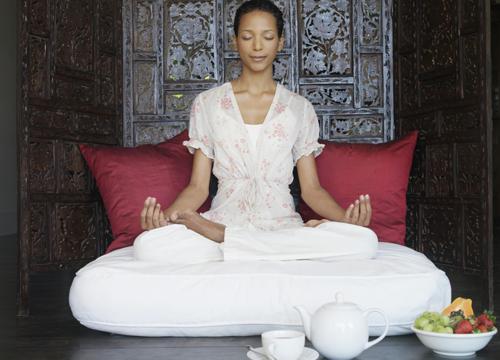 девушка в белом медитирует