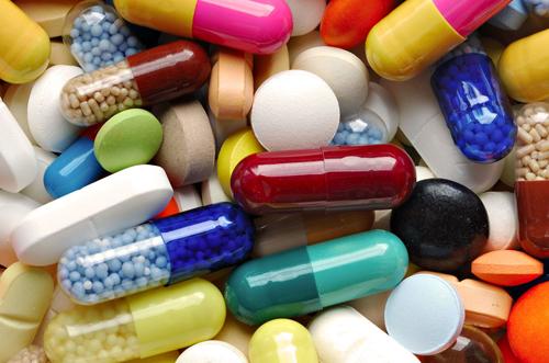 разноцветные капсулы и таблетки лежат друг на друге