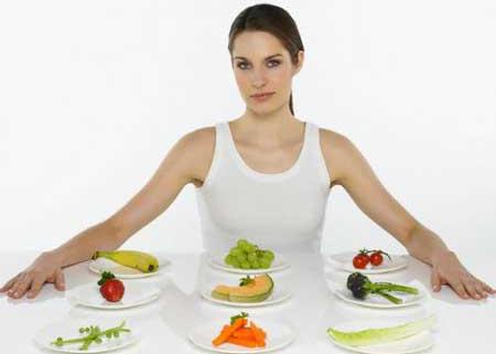 девушка сидит за столом с едой