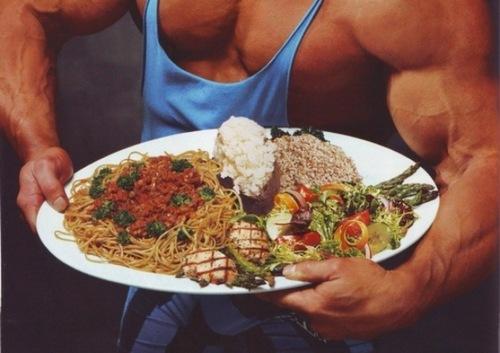 парень держит в руках блюдо с едой