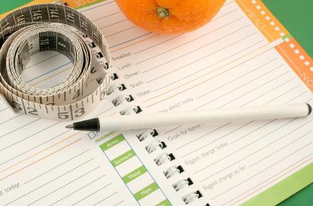 ежедневник и ручка лежат на столе