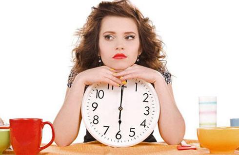 девушка держит в руках большие часы