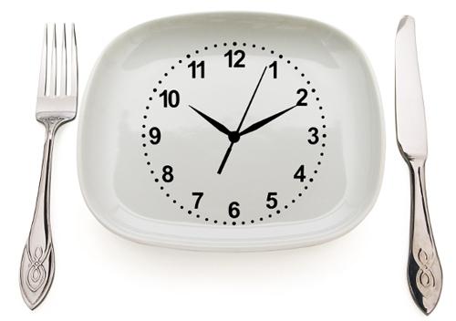 часы лежат на белой тарелке