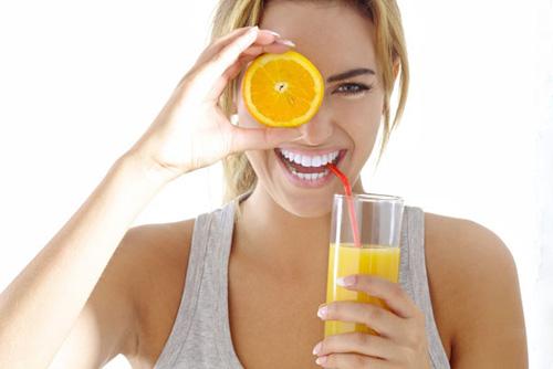 девушка пьет апельсиновый сок