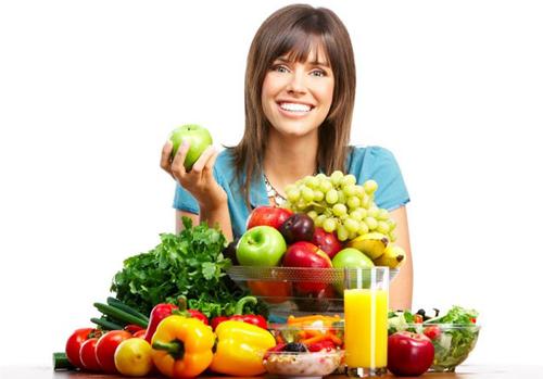 женщина держит в руках зеленое яблоко