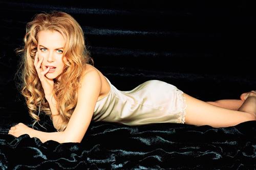 девушка лежит на черном одеяле