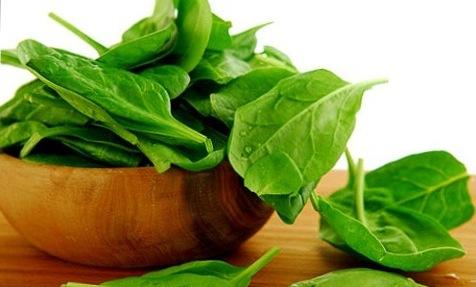 листья шпината в чашке