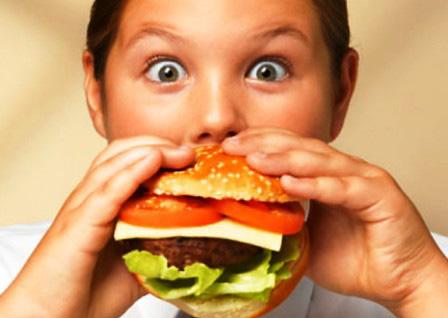 мальчик ест гамбургер