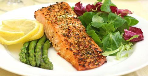 рыба с овощами на белой тарелке
