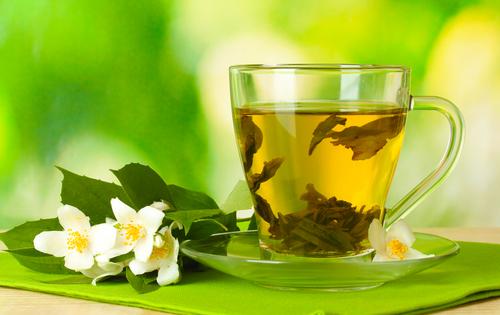 чашка чая и цветок на столе