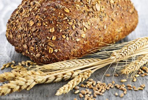 хлеб и пшеница на столе