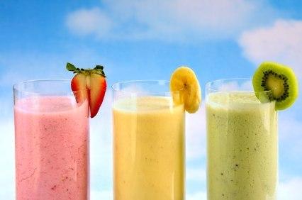 фруктовые коктейли в стаканах