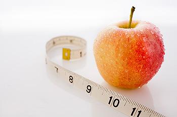 яблоко и измерительная лента лежат
