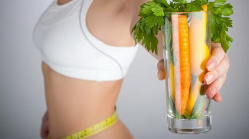 стакан с морковью в руке девушки