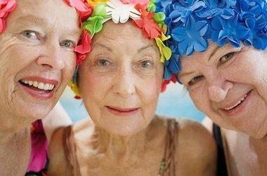 пожилые женщины в шапках улыбаются