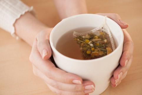 чашка с чаем в женских руках