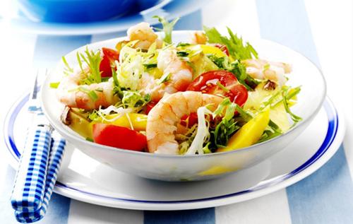 салат с овощами и креветками в тарелке