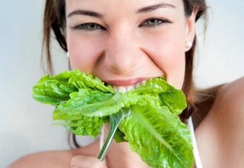 девушка есть капустный лист