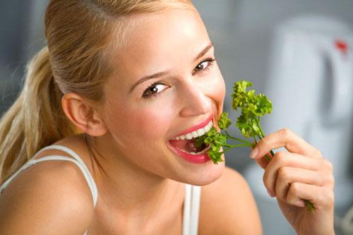 девушка ест зелень