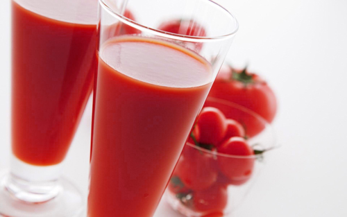 томатный сок в стакане и помидоры