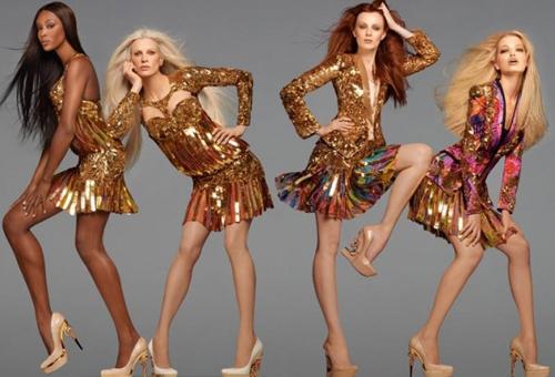 модели в ярких платьях стоят