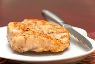 жареное мясо на тарелке
