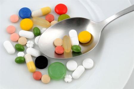 таблетки в тарелке с ложкой