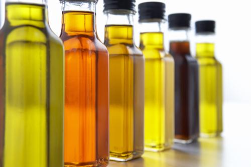 бцтылки с маслом стоят в ряд