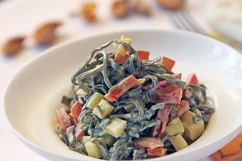 салат с морской капустой в тарелке